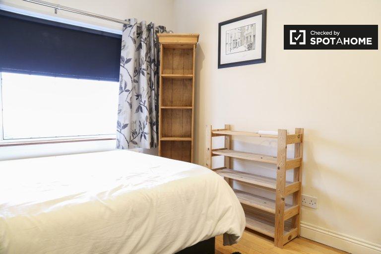 Helles Zimmer zu vermieten in einem 3-Zimmer-Haus in Kingswood