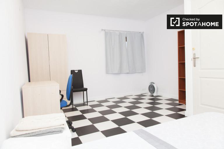 Large room in 3-bedroom apartment in Cuatro Caminos, Madrid