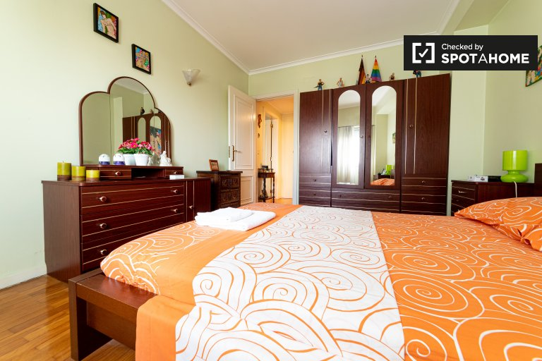 Areeiro, Lizbon'da 3 yatak odalı dairede kiralık oda