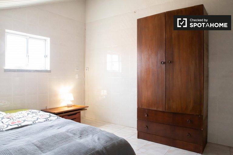 Room for rent in 5-bedroom house in Sao Domingos de Rana