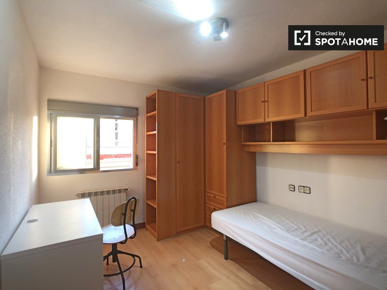 Comfortable room for rent in 4-bedroom apartment in Aluche
