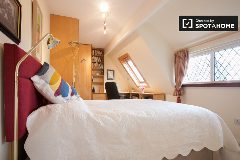 Bright room in 3-bedroom house in Blackrock, Dublin