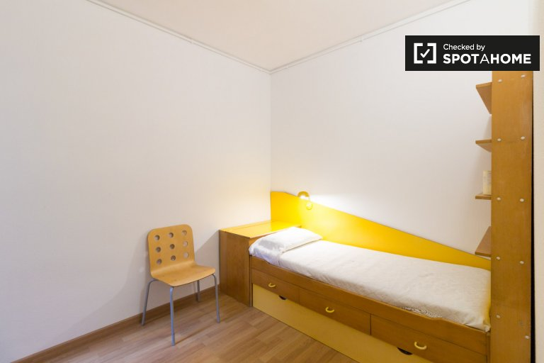 Room in 3-bedroom apartment in L'Esquerra de l'Eixample