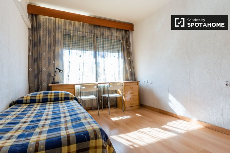 Room for rent in 4-bedroom apartment in L'Hospitalet