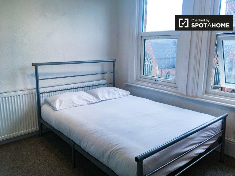Przytulny pokój w czteropokojowym mieszkaniu w Acton w Londynie