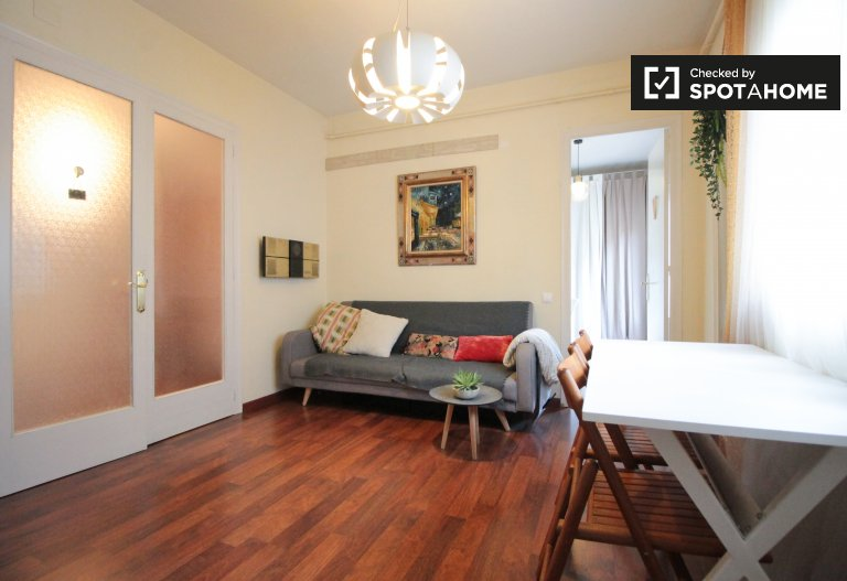 Tidy room for rent in 3-bedroom apartment in Gràcia