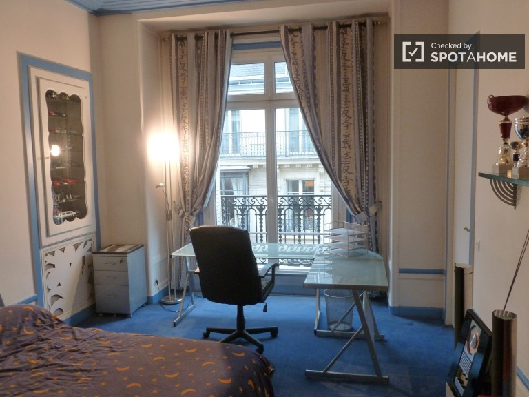 Furnished room in apartment in Luxembourg, Paris