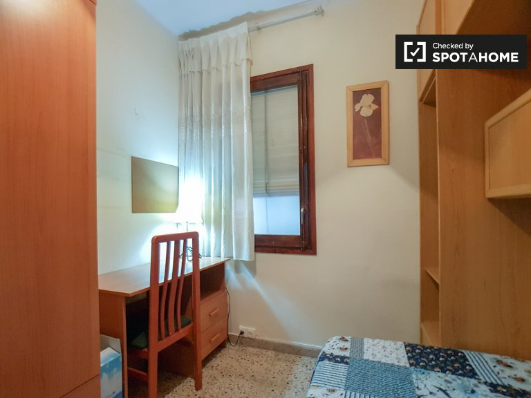 Room for rent in comfortable 3-bedroom flat in Let Corts
