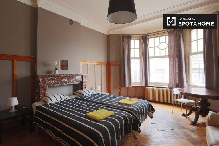 Anderlecht, Brüksel'de 5 yatak odalı dairede geniş oda