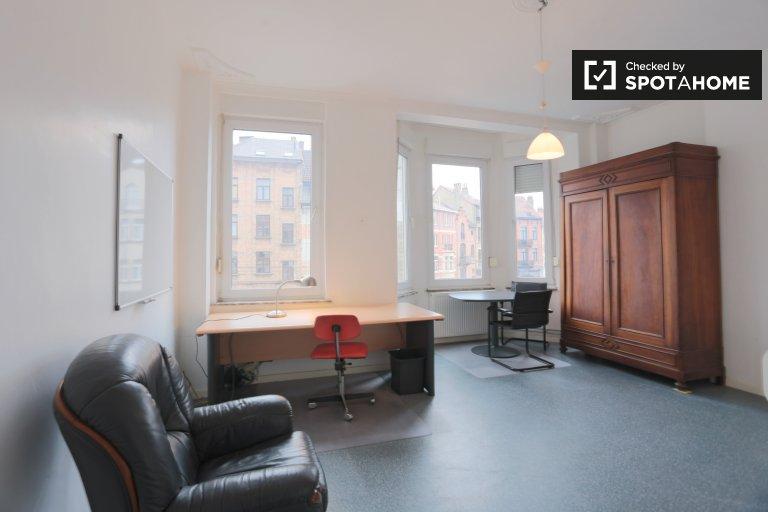 Przestronny pokój w apartamencie z 7 sypialniami w Schaerbeek w Brukseli