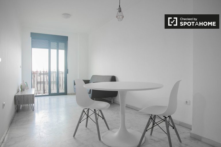Modern 2-bedroom apartment with balcony for rent in Poblats Marítims