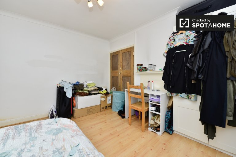 Spacious room in flat in Kensington, London