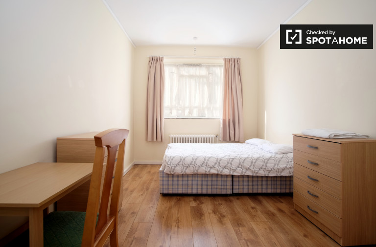 Ample room in shared flat in Pimlico, London