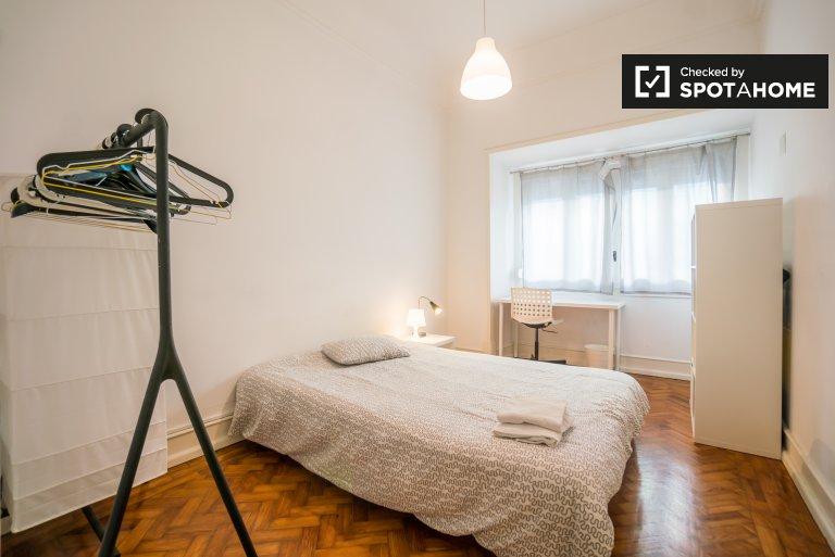 Areeiro, Lisboa'da 7 yatak odalı dairede aydınlık oda