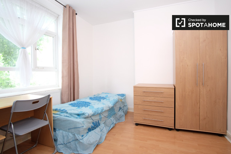 Twin Beds in Beds and rooms to rent in tidy 4-bedroom apartment in Hackney