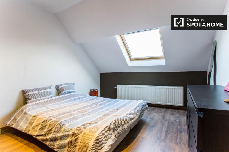 Ample chambre dans appartement à Forest, Bruxelles