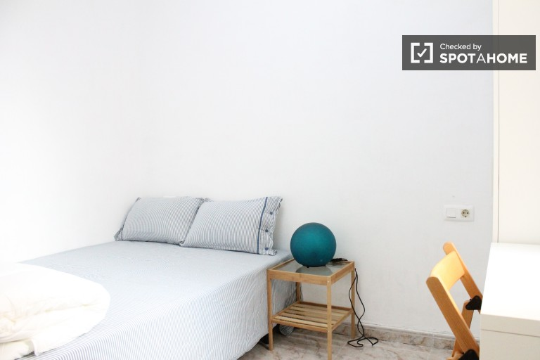 Double Bed in Rooms to rent in affordable 3-bedroom apartment with a balcony near Plaça de Espanya