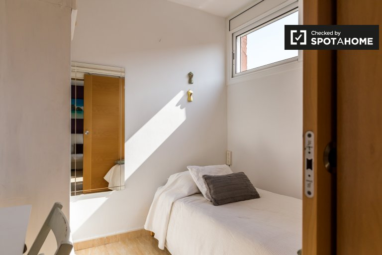 Room in in 3-bedroom apartment in Horta-Guinardó, Barcelona
