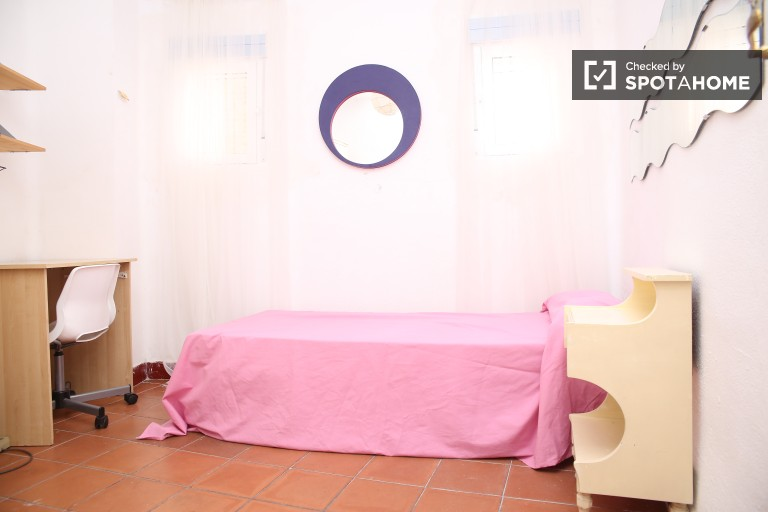 Single Bed in 5 Bedrooms for students in spacious apartment with balcony in María Luisa area
