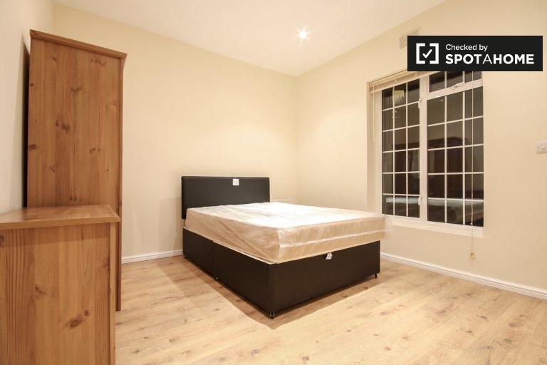 Double Bed in Rooms to rent in 2-bedroom flatshare in Shepherds Bush, Travelcard Zone 2