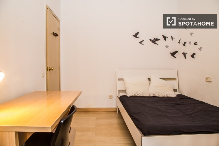 Double Bed in 6 rooms in a friendly shared apartment in a luxurious area of Barcelona, all utilities included
