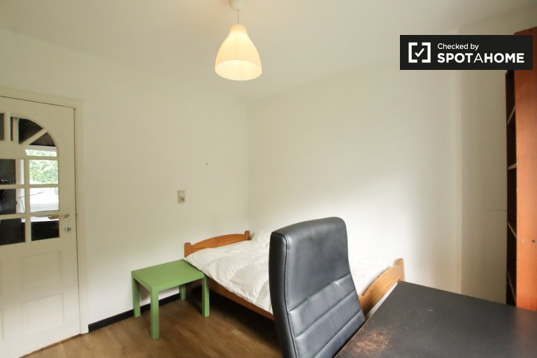Bright room in 4-bedroom house in Wezembeek-Oppem