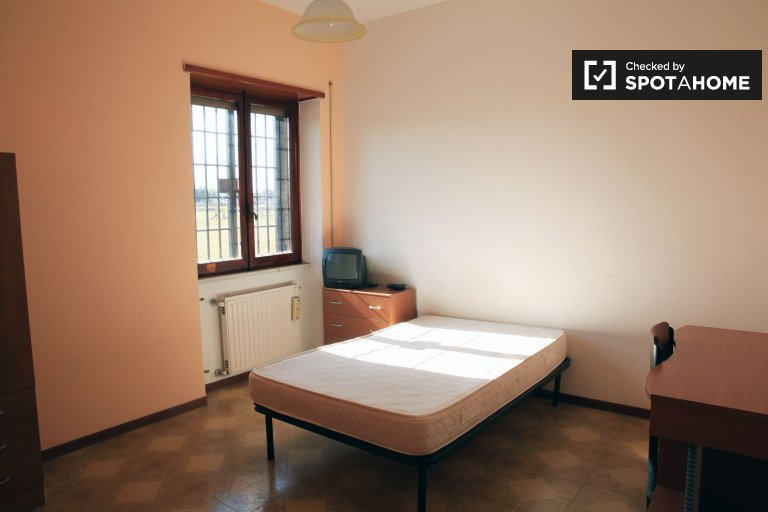 Single Bed in Rooms for rent in 2 bedroom apartment in Anagnina