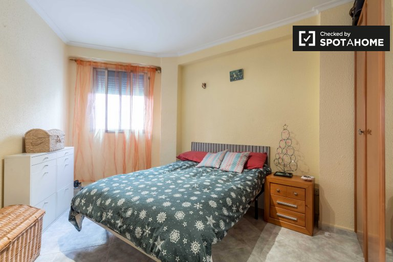 Chambre à louer dans un appartement de 2 chambres à Benicalap, Valence