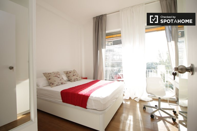 Double Bed in Sunny rooms with AC for rent near Polytechnic University in Pedralbes, metro Zona Universitária