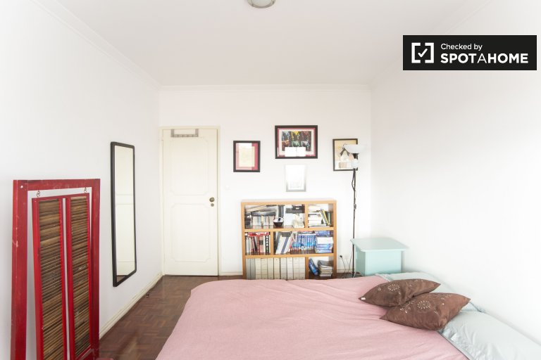 Sunny room in 2-bedroom apartment in Parede, Lisboa
