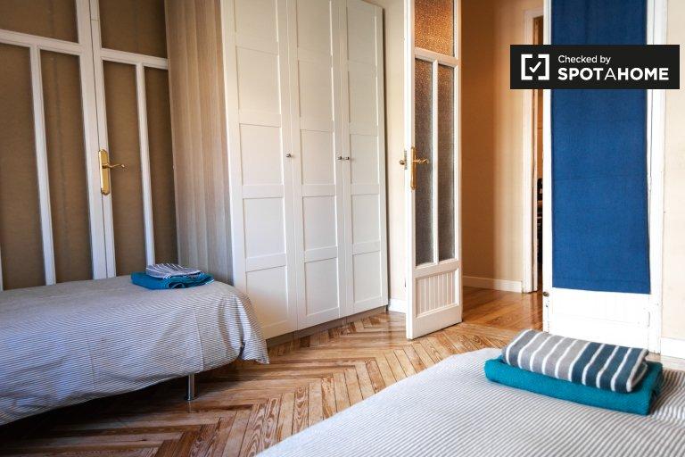 Se alquila habitación en apartamento de 3 dormitorios en Cuatro Caminos