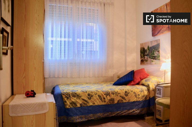 Dynamic room for rent in 3-bedroom apartment, Sant Andreu