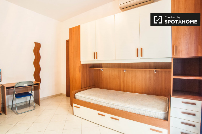 Umeblowany pokój w apartamencie w Alessandrino, Rzym
