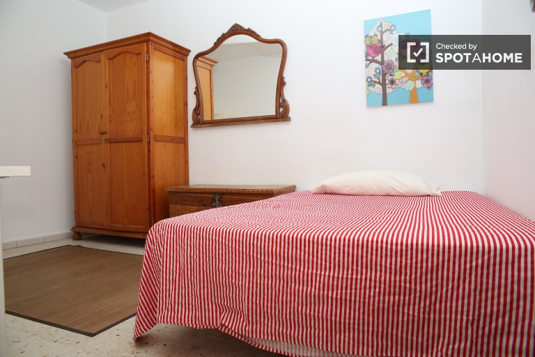 Double Bed in Bright rooms for rent in a local neighborhood