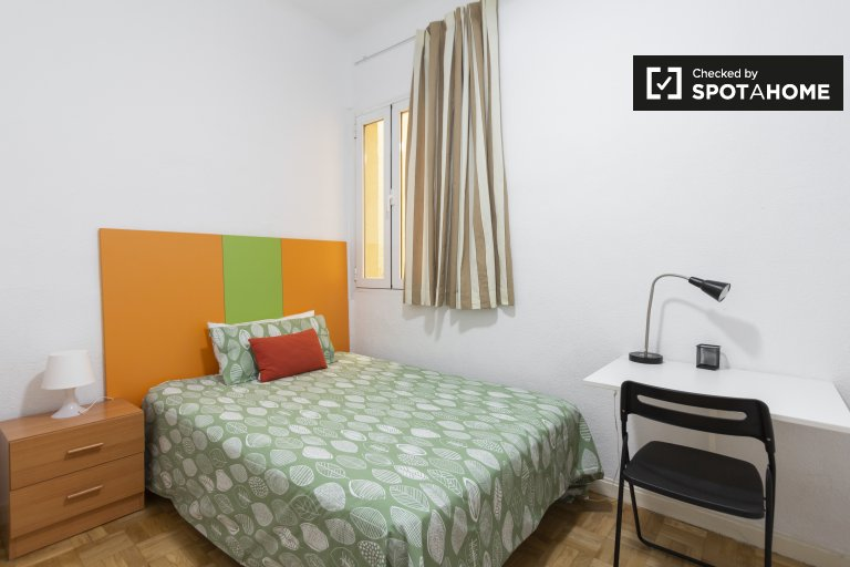 Relaxing room in 4-bedroom apartment in Chamberí, Madrid