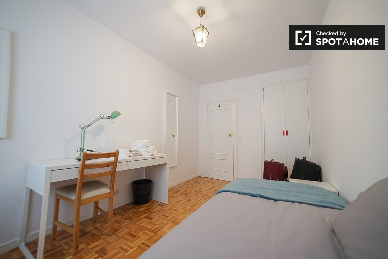 Tidy room for rent in 4-bedroom apartment in Ciudad Lineal