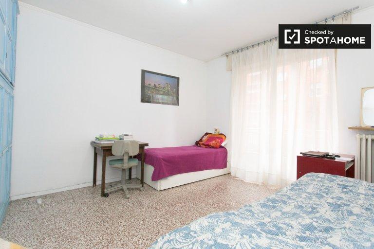 Amplia habitación compartida de 2 dormitorios Zona Mecenate Milán