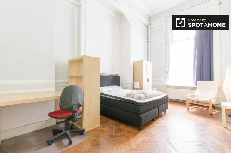 Double Bed in Rooms for rent in couple friendly, 3-bedroom apartment in Ixelles