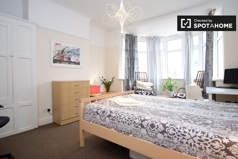 Double Bed in Spacious rooms for rent in 4-bedroom house in Redbridge