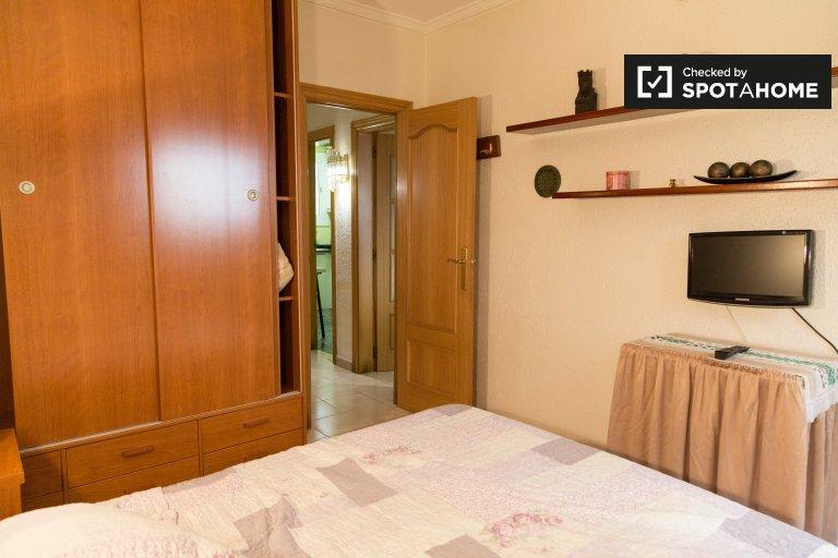 Room for rent in 2-bedroom apartment in Sants, Barcelona