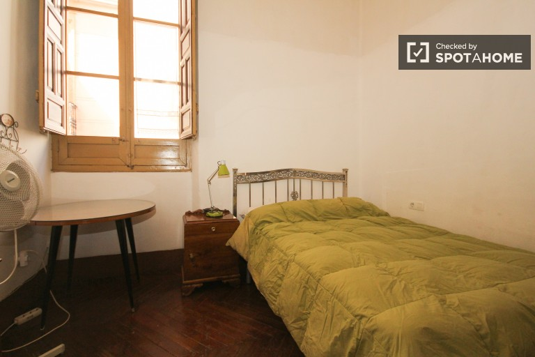 Double Bed in 5 stylish rooms to rent in Realejo in the city center