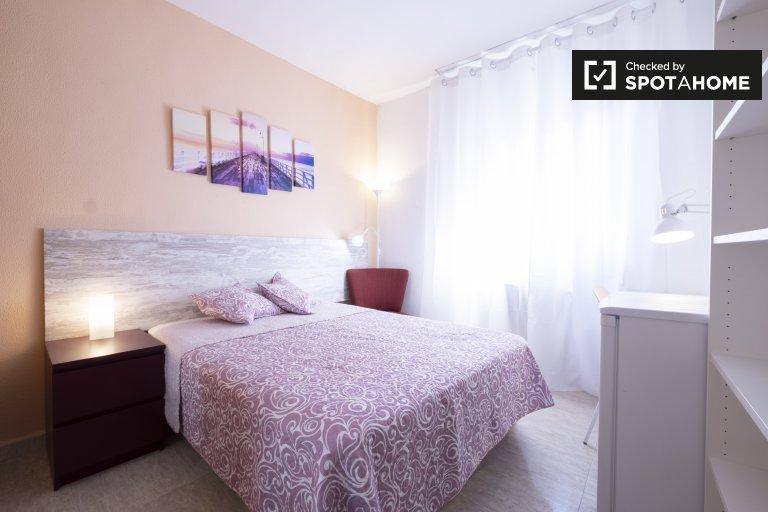 Möbliertes Zimmer in einer 4-Zimmer-Wohnung in Carabanchel, Madrid