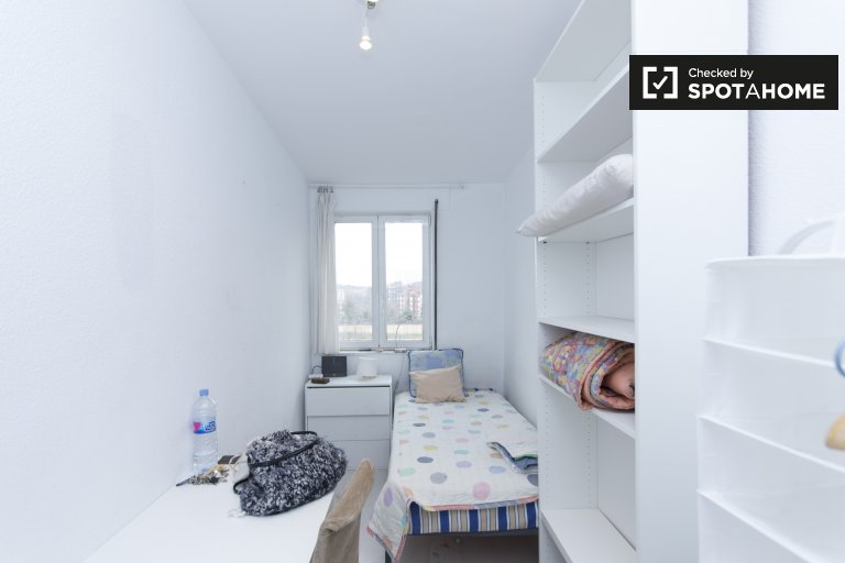 Cozy room for rent in 4 bedroom apartment in Aluche