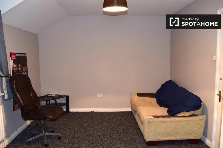 Geräumiges Zimmer in einem Haus mit 3 Schlafzimmern in Blancharstown, Dublin