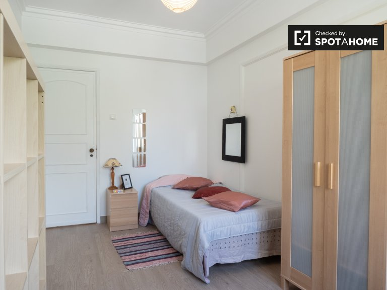 Sweet room to rent in 3-bedroom apartment, Areeiro in Lisbon