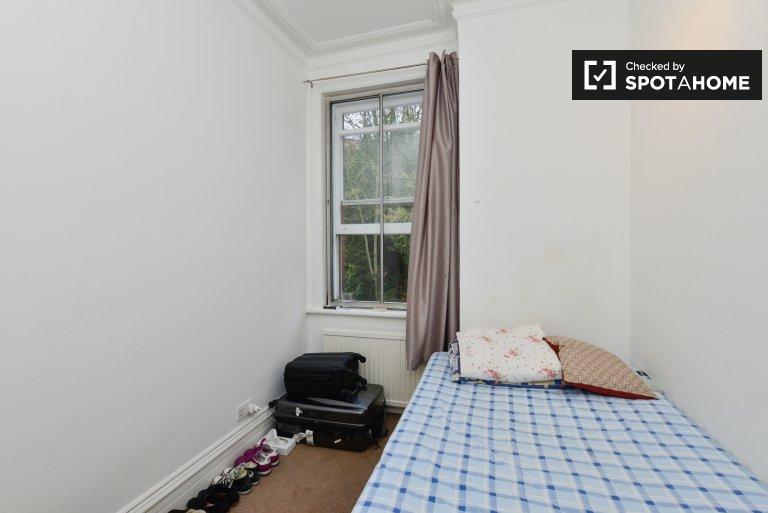 Double Bed in Rooms to rent in modern 5-bedroom apartment in Camden