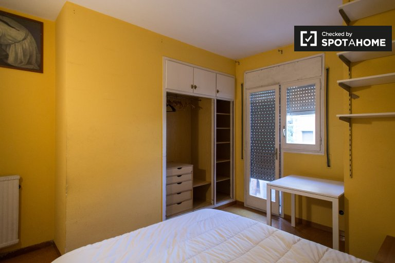 Tidy room in 4-bedroom apartment in Horta-Guinardó Barcelona