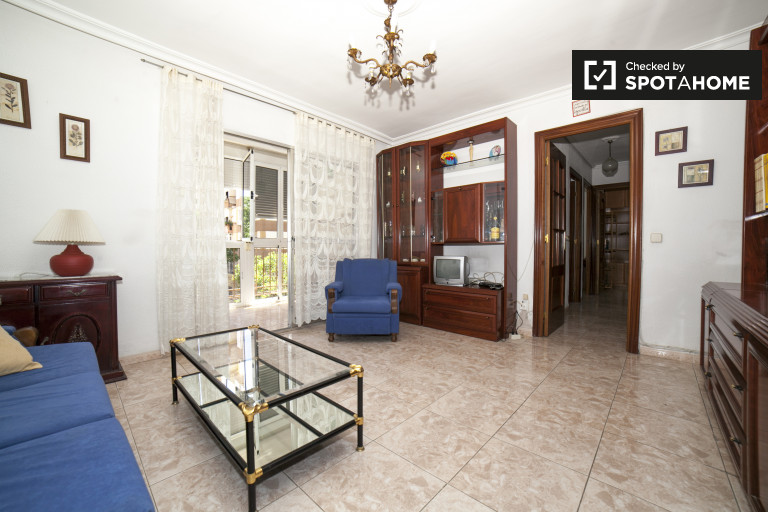 Spacious 3-bedroom apartment with balcony for rent in Macarena Norte