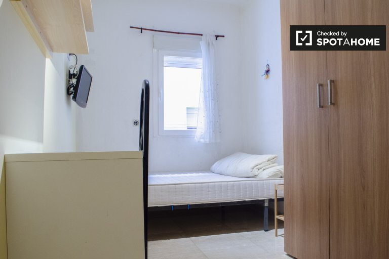 Furnished room in 4-bedroom apartment in Imperial, Madrid