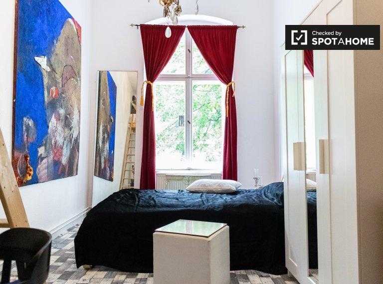 Spacious room in apartemtn with 2 bedrooms in Schöneberg